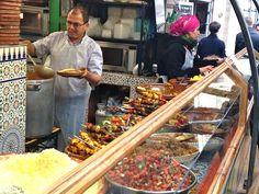 Le Traiteur Marocain est un resto au coeur du marché des Enfants Rouges dans le Marais. Tajines, couscous, pastillas, des plats pour une dizaine d'euros.