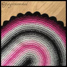Nu har jag skrivit ihop mönstret till den ovala mattan. Det tog lite längre tid än vad jag beräknat, för… ja, livet kom emellan! Varje inlägg med mönster jag gör på bloggen tar ungefär en arb…