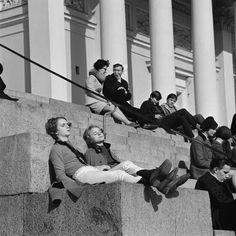 Auringonpalvontaa Tuomiokirkon portailla. Kuva: Helsingin kaupunginmuseo / Volker von Bonin 1968.