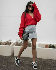 How to Wear Oversized Styles Wearing oversized clothing can be intimidating. But fear not, because today I am going to share some tips and tricks on wearing oversized styles that will keep you looking stylish AND comfortable! Mode Outfits, Trendy Outfits, Fall Outfits, Fashion Outfits, Womens Fashion, Skirt Fashion, Young Fashion, Look Fashion, Fashion Models