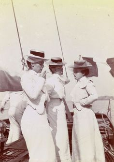 Îles Chausey, trois femmes fumant sur le pont du bateau.  ANONYME    Women smoking was still highly unusual when this photo was taken.