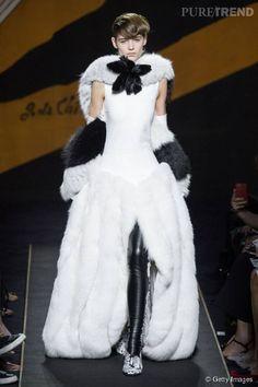 Fendi dévoile une robe en fourrure immaculée. Avec un jupon et un col en renard, un modèle idéal pour un mariage dans les Alpes, en hiver.