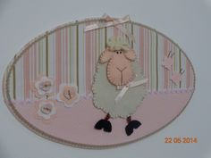 Placa oval em MDF forrada com tecido de algodão impermeabilizado, decorada com uma ovelha em feltro, botões decorativos, laços, flores e borboletas.  Pode ser usada para diversos fins como decoração do quarto do bebê ou da porta da maternidade.  Pode ser feita na cor que você desejar para combinar com a sua decoração. R$ 45,00 Crafty, Baby, Nursery Decor, Woven Cotton, Sheep, Door Hangings, Felting, Newborns, Infant