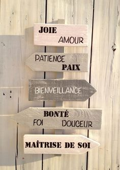 The MEGA List of Decorative Items to Manufacture in Palette Shabby Chic Crafts, Shabby Chic Homes, Shabby Chic Decor, Palette Deco, Stencil Decor, Cottage Signs, Diy Wall Art, Shabby Chic Furniture, Decoration
