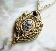 Free macrame tutorial of this necklace, http://ecocrafta.blogspot.com/2017/02/complex-macrame-cabochon-necklace.html