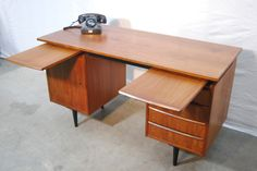 Teakhouten jaren 50 Deens bureau / Danish Desk