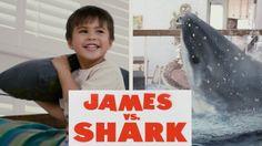Un Niño de 4 años combate con un gran Tiburón en la sala de su casa