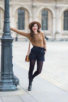 Short d'hiver avec collant et pull marron