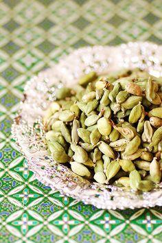 No sólo las semillas son útiles, también las vainas del cardamomo verde contienen un intenso aroma. Para conseguir azúcar con aroma de cardamomo bastará con poner unas vainas en el tarro del azúcar.