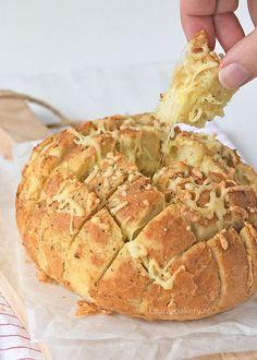Een zoet plukbrood had ik al eens gemaakt, maar de bekende hartige variant had hier nog niet eerder in de oven gestaan. Schandalig natuurlijk en ik vond het de hoogste tijd om hiermee aan de slag te g