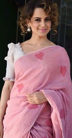 This baby pink colour linen saree with printed heart is amazing and looks beautiful. Indian linen sarees are most preferred during summers due to their aesthetic appeal and comfort factor. Saree Blouse Neck Designs, Fancy Blouse Designs, Modern Saree, Stylish Blouse Design, Designer Blouse Patterns, Designer Saree Blouses, Trendy Sarees, Simple Sarees, Up Girl