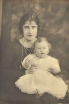 Retracez en photos la vie de la reine d'Angleterre Elizabeth II, à l'occasion de ses 90 ans sur le Royal Blog de Paris Match... Première partie : l'enfance de la reine Elizabeth II.