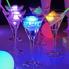 Drinks with neon ice cubes and glow sticks FOOD! Glow In Dark Party, Glow Party, Disco Party, Neon Birthday, 18th Birthday Party, Deco Led, Party Decoration, Neon Glow, Sweet 16 Parties
