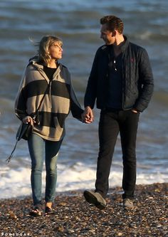 Pin for Later: Taylor Swift and Tom Hiddleston Take More Romantic Walks on the Beach, This Time With Tom's Mom Photos Of Taylor Swift, Taylor Swift Funny, Taylor Alison Swift, Taylor Swift Outfits, Taylor Swift Wallpaper, Chris Evans, Tom Hiddleston Girlfriend, Cute Celebrities, Celebs
