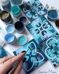 Нет описания фото. Mandala Painting, Dot Painting, Ceramic Painting, Mandala Art, Ceramic Art, Pottery Painting Designs, Paint Designs, Tile Patterns, Pattern Art