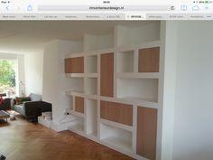 Boekenkast met open en dichte delen, wit en op maat ( tot aan plafond)