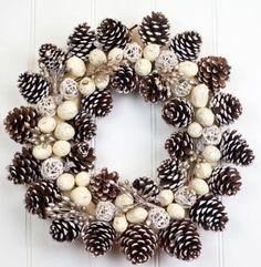 ✽ Ideas para decorar en Navidad con piñas de pino | Tarjetas Imprimibles. Rosca ecológica con piñas