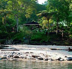 Hostería frente al río en la selva de Ecuador.