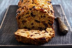 Want to cook some delicious Cawl, Welsh Rarebit, Bara Brith or Welsh Cakes? Come and discover some of the best traditional Welsh recipes. Bara Brith, Fruit Bread, Banana Bread, Pains Sans Gluten, Wales, Welsh Recipes, Free Fruit, Famous Recipe, Loaf Cake