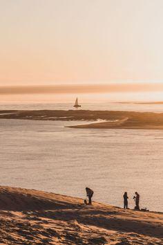 Découvrir la dune du Pilat au coucher du soleil - Vio Vadrouille Le Pilates, Excursion, France Travel, Sunsets, Monument Valley, Travel Inspiration, Destinations, Landscape, Beach
