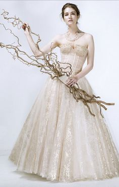Alla corte di #ElisabethB , la collezione rivela al primo sguardo i suoi nobili intenti seduttivi. La scelta cromatica punta sul calore dell'avorio e sorprende con la delicatezza color carne.  #Newcollection #CMcreazioni #MadeinItaly #bride #bridal #sposa #sposa 2016 #wedding #weddress #weddingdress #weddingfashion #white #whitedress #abitisposa #abitosposa #marriage #matrimonio #instabride #instawedding #style #fashion #fashionwedding #Italy