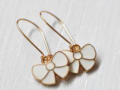 Vergoldete Kidney Ohrringe Schleifchen von Saimana´s Pearls  auf DaWanda.com