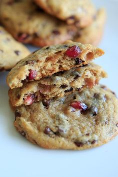 Chocolate Chip Cookies with Pomegranate Seeds. Sweet from cinnamon and vanilla, and slightly tangy from the seeds, these cookies are addicting! Köstliche Desserts, Chocolate Desserts, Delicious Desserts, Dessert Recipes, Pomegranate Recipes, Pomegranate Seeds, Chocolate Chip Cookies, Baking Recipes, Cookie Recipes