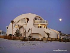 Estructura redonda de uso vacacional, casa de playa, con un diseño de semiesfera orgánica, armónica en el entorno, el nombre del proyecto e...