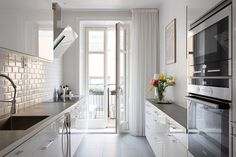 67m2 de estilo nórdico muy bien aprovechados Cocina Office, Kitchen Island, Table, Furniture, Home Decor, Dining Room, Yurts, Small Kitchens, Nordic Style