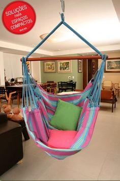 Essa é a legítima cadeira suspensa. Uma estrutura de madeira segura o tecido da rede, que é pendurado no teto. É só sentar e relaxar!