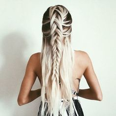 Unique Wedding Hairstyles Half Up 42 boho inspired unique and creative wedding hairstyles. from creative hairstyles with romantic loose curls to formal wedding updos, these unique wedding hairstyles would work great for your ceremony . Unique Wedding Hairstyles, Pretty Hairstyles, Braided Hairstyles, Prom Hairstyles, Hairstyle Ideas, Quick Hairstyles, Fringe Hairstyle, Blonde Hairstyles, Creative Hairstyles
