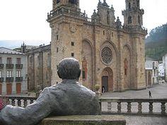 Mondoñedo - Vista de la Catedral de Mondoñedo, monumento nacional desde 1902, contemplada desde la estatua en homenaje al escritor Álvaro Cunqueiro.