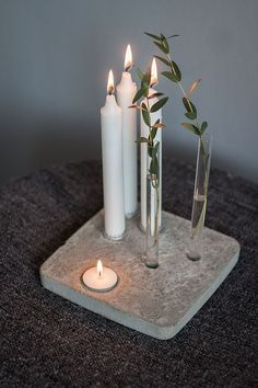 DIY ljus- & vasfat i betong (Stinas tillvaro) Candles and concrete – that just fits perfectly. So also in this DIY, which even leaves room for green with incorporated test tubes – we like! Cement Art, Concrete Crafts, Concrete Art, Concrete Design, Diy Luz, Diy Lampe, Diy Candles, Design Candles, Scented Candles