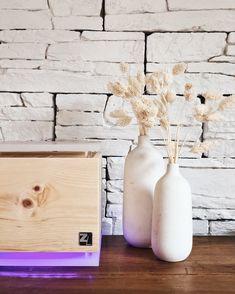 Heimkommen, durchatmen und entspannen, mit dem ZirbenLüfter® wird dein Zuhause zu einer richtigen Wohlfühloase. #erholung #entspannung #luftreiniger #zirbe #raumklima Cube, Bottle, Home Decor, Humidifier, Decorate Bottles, Recovery, Ad Home, Decoration Home, Room Decor