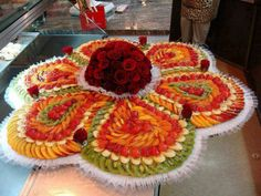 Creative fruit decoration for wedding Watch the videos and get ideas how to make fruit decorations. Fruits are beautiful and refreshing but when they are car. Fruits Decoration, Fruit Buffet, Veggie Art, Fruit Creations, Creative Food Art, Food Carving, Vegetable Carving, Edible Arrangements, Food Platters