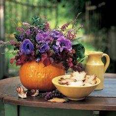 Une citrouille gravée en guise de vase / A pumpkin carved as a vase, halloween, decoration set