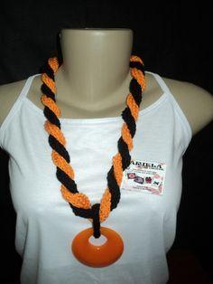 Colar feito de Crochê, com cores mescladas em laranja com preto.  Obs: O pingente poderá ser trocado de acordo com o fabricante.  Pode ser feito na cor desejada. R$ 25,00