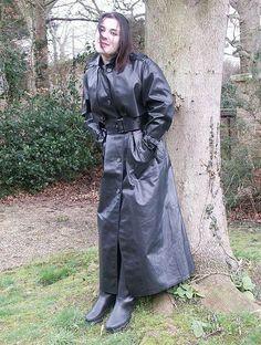 Décembre 2015 Red Raincoat, Plastic Raincoat, Rain Fashion, Rain Cape, Rubber Raincoats, Bronze, Weather Wear, Raincoats For Women, Rain Wear