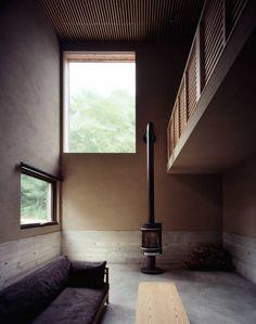 暖炉空間: 合同会社永田大建築設計事務所が手掛けたモダンリビングルームです。