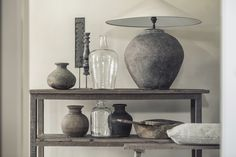 kruiklamp XL tierlantijn, sidetable oud hout, glazen flessen XXL, oud houten potten