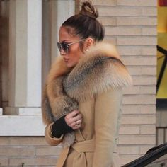 Jennifer Lopez in a beige Versace coat and fur stole J Lo Fashion, Fur Fashion, Fashion Outfits, Fall Winter Outfits, Autumn Winter Fashion, Fabulous Furs, Up Girl, Winter Looks, Winter Coat