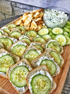 Easy cucumber sandwiches with cream cheese. A great appetizer for traditional afternoon tea, cucumber sandwiches is healthy and quick to make. Cucumber Appetizers, Bread Appetizers, Recipes Appetizers And Snacks, Cucumber Recipes, Appetizers For Party, Cucumber Snack, Salad Recipes, Tee Sandwiches, Cucumber Sandwiches