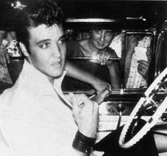 Elvis with fans Elvis Today, Elvis Collectors, Young Elvis, Elvis Presley Photos, Lisa Marie Presley, King Of Music, Look Here, George Vi, Graceland