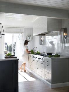 """<p>Kjøkkenet fra Kvänum i modell Dalby røkgrå er et yndet tilholdssted. Benkeplate i kalkstein i modell """"Jura Grey"""" fra Kvänum. Dørknotter fra Rocky Mountain.</p>"""