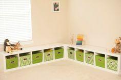 Vor der beigen Wandfarbe kommen die grünen Kisten gut zur Geltung