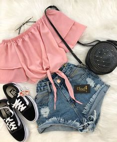 de looks com Vans Old Skool Blusa ombro a ombro, short jeans e tênis vans old skool.Blusa ombro a ombro, short jeans e tênis vans old skool. Cute Summer Outfits, Cute Casual Outfits, Short Outfits, Pretty Outfits, Stylish Outfits, Sophisticated Outfits, Outfit Summer, Girly Outfits, Spring Outfits