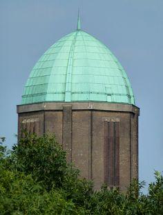 De #ruiten van de 8 zijdige watertoren boven de bomen van het Utrechtse stadspark, in 1930 gebouwd, ontworpen in de stijl van de Amsterdamse School door de architect J.L. Pateer. #35dagen  Copyright Mireille Velthuis