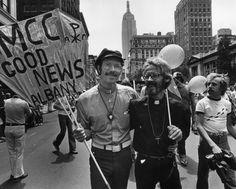 O Reverendo John Kuiper (à direita), primeiro homem gay dos EUA a conquistar o direito de adotar uma criança, com seu parceiro Roger Hooverman durante uma marcha pelos Direitos Gays na Quinta Avenida, Nova York. 1979.