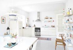dans cette maison aux murs et au parquet blanc la palette de teintes pastel vient apporter une touche personnelle et apaisante la dcoration dintrieur