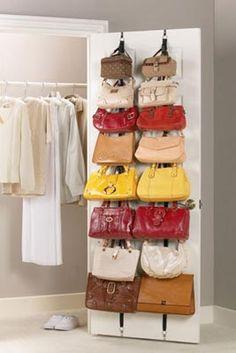 Un colgador de puerta es una solución para almacenar carteras si se tiene espacio para el volumen que ocupan
